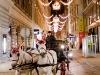 Bécsi konflis a karácsonyi fényekben úszó bécsi utcán.